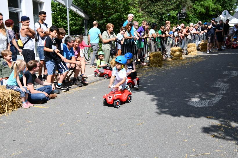 Seifenkistenrennen in Mörfelden-Walldorf auf der Bahnhofstraße mit Bobby Car für klein und groß 1018