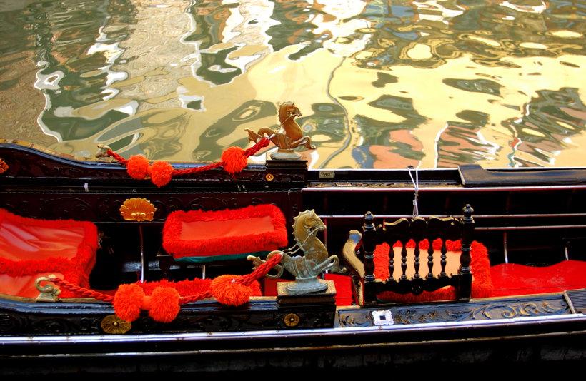 Ursprünglich nur als Gegengewicht zum Gondoliere, heute auch als Schmuck und Symbol für die Stadt Venedig trägt der Bug des leichten Fahrzeuges am oberen Ende einen etwa 22 kg schweren Metallbeschlag